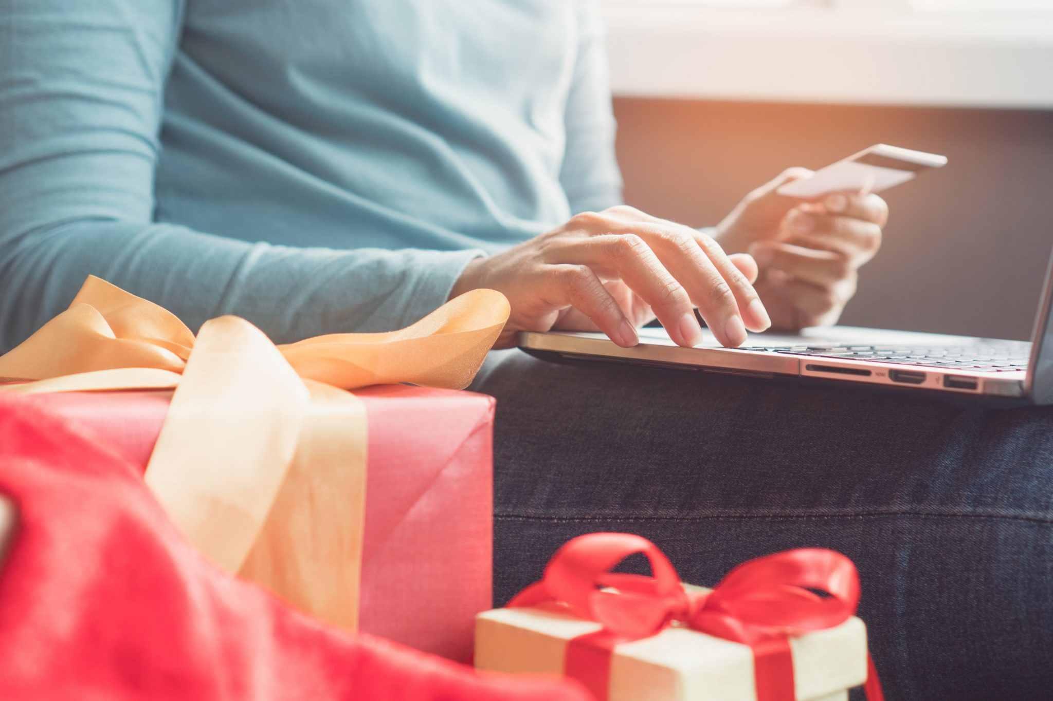 Pai fazendo compras de natal online.