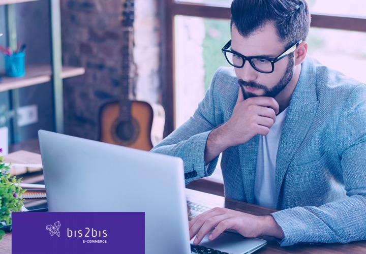 Empresário analisando o modelo de negócio.