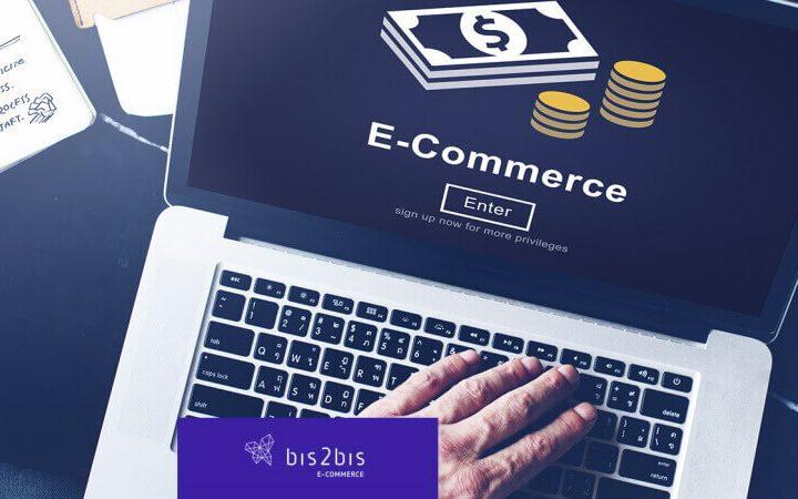 Imagem de um Empreendedor planejando como abrir um e-commerce em frente a um computador.