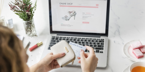 Mulher realizando compra online. Representando o marketing para e-commerce realizado de forma eficiente.