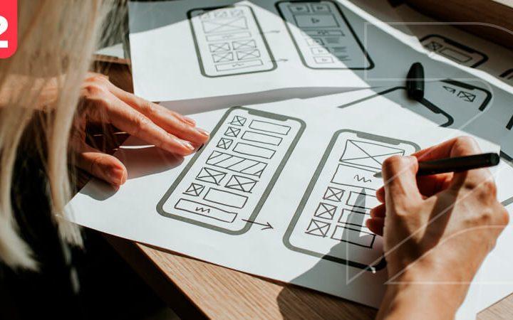 Mulher desenhando o layout de um site pensando em o que é usabilidade e como isso vai melhorar a experiência de compra do usuário