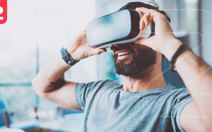 A imagem mostra um homem utilizando um óculos de realidade aumentada, uma das maiores tendências do e-commerce