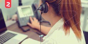 Imagem de colaboradora trabalhando com um chat de atendimento integrado, representando a importância de realizar a automação no e-commerce.