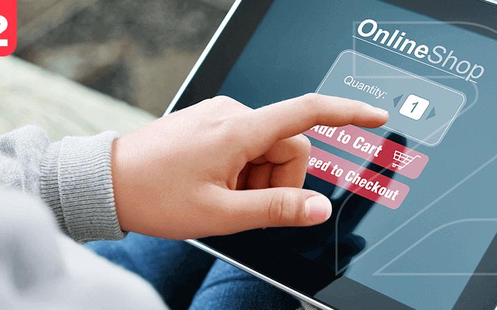 A imagem mostra uma pessoa navegando em uma plataforma de e-commerce por meio do tablet.