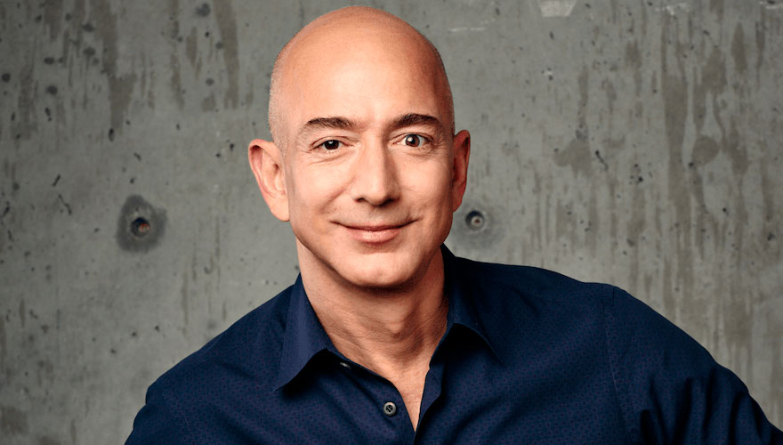 Jeff Bezos CEO da Amazon, utilizou grandes estratégias para tornar a Amazon referência no mercado digital.